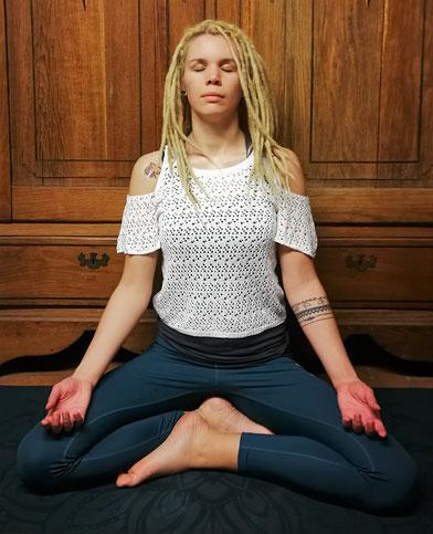 Haltungen zum Meditieren: der bequeme Sitz (Muktasana)