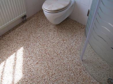 Steinteppich im Badezimmer verlegen