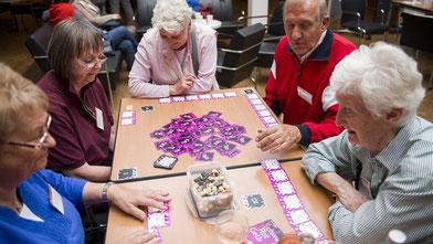 Freiwillig Engagierte fördern den sozialen Austausch z.B. durch Spielerunden, die kognitiv und motorisch fit halten (Foto: Bente Stachowske)