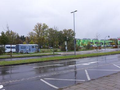 Warten auf den Bus am Stellplatz des Freizeitbades Bambados (im Hintergrund)