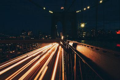 Brooklyn-Bridge bei Nachtverkehr