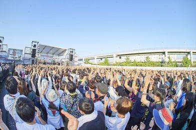 野外ステージ設置で、例えば1万人の会場では 1,000~2,000人のライブ演奏が可能