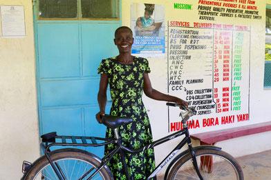 @WorldBicycle Relief/ Francis ist Krankenschwester in der Malaha Klinik in Shianda, Kenia. Mit dem Fahrrad kannn sie die Menschen, die in abgelegenen Dörfern leben, besser und schneller erreichen.
