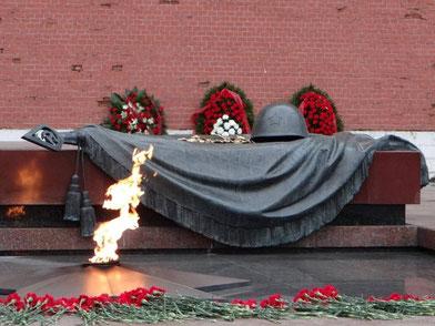 """""""Могила Неизвестного солдата"""", первоначально задумывалась как памятник защитникам города-героя, но фактически он стал главным мемориалом всем воинам Великой Отечественной."""