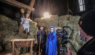 Ulf Preuss und Hauke Scholten haben gemeinsam mit den Kindern des Bauernhofkindergartens Filmszenen aufgenommen und bieten das Krippenspiel ab Heiligabend im Internet an. (Christian Kosak)