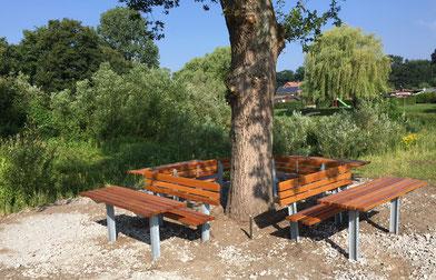 Die neuen Bänke unter der Eiche - Foto: L.Besse