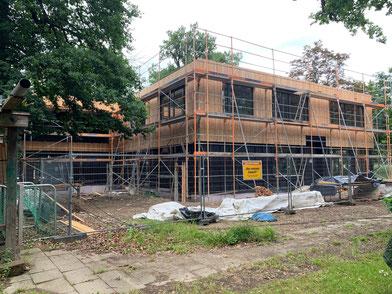 Die Holzfassade inklusive integrierter Fledermauskästen