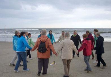 getanztes Morgenlob am Strand