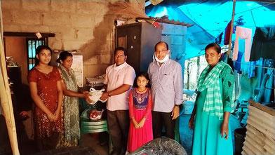 Pater Tom verteilt im Mai 2020 Lebensmittel und Masken an bedürftige Familien in Indien