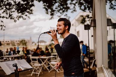 Sänger Fabian Schmelcher bei einem Auftritt in der Nähe von Köln   © Hochzeitsfotografin Jenny Egerer