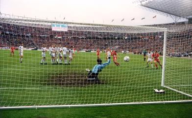 Der Ball zischt unter Reitmaier hindurch ins Netz (Foto: 1. FCK)