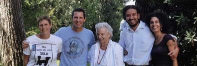 Grootmoeder Mirella met kleinkinderen die tegenwoordig het domein bestieren