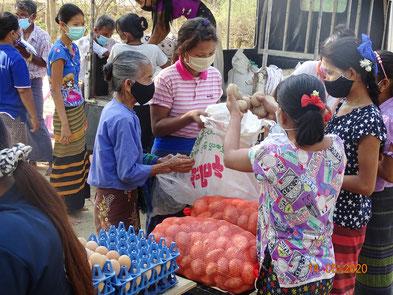 困窮する地域の人々を支えたいという現地スタッフの想いから実現した食糧支援。