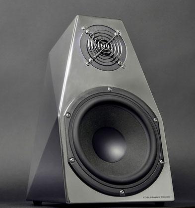 Lautsprecherbox aus poliertem Edelstahl