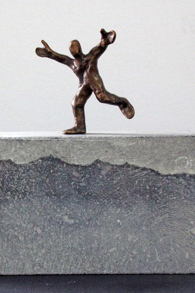 """""""Der Weg zum Erfolg"""", Bronze und Naturstein, Höhe: 17 cm"""