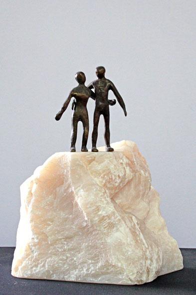 """""""Zweisamkeit"""", Bronze und Naturstein, Höhe: 22 cm"""