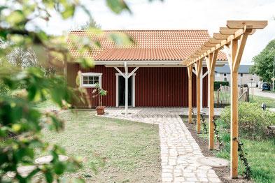 Schwedische Scheuene aus Holz im Garten
