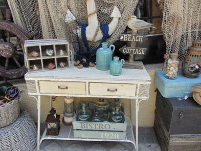 Mesa vintage, botellas, maletas, faroles