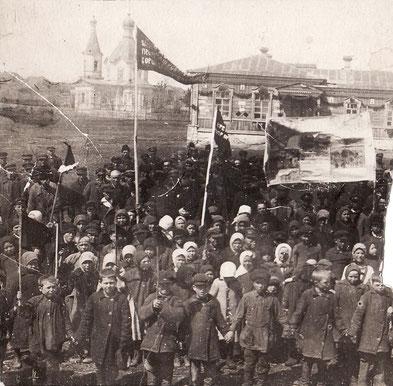 1927 (1929) год. Первомайская демонстрация в Сосновке. На дальнем плане здание школы и здание церкви.