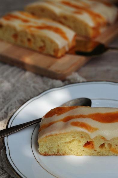 Marillenkuchen auf einem weißen Teller