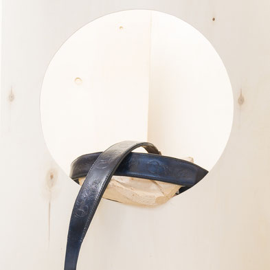 Akkordeongurt blau mit Lederschnitzerei