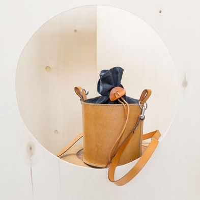 Bucketbag robustes Rindsleder mit Jeans kombiniert