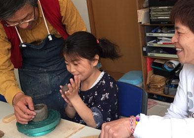 子どもが陶芸手びねり体験をする様子