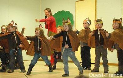 Photo du spectacle de Noël des écoles Sainte-Barbe et Notre-Dame de Moustoir-Ac (décembre 2010)