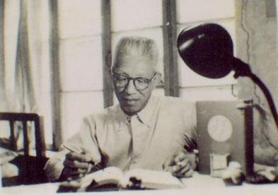 "Qin Bowei (1901-1970) in seinem Studierzimmer ""Qian Zhai"""