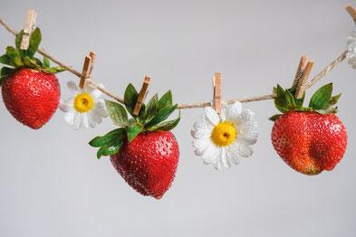 コーヒー豆とコーヒーの入ったカップ&ソーサ。