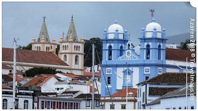 Angra: Blick vom Hafen auf die Kathedrale u. Igrea da Misericordia