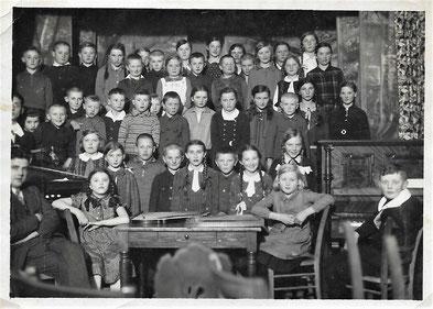 Weihnachtsfeier 1931 in Wehrda - Erich Plaut: 1. von links oberste Reihe/ Katharina: Bildmitte unterste Reihe mit langem weißem Schlips