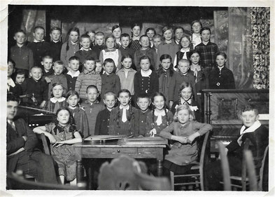 Weihnachtsfeier 1931 in Wehrda - Erich Plaut: Oberste Reihe 1. von links Katharina: Unterste Reihe Mitte mit langem weißem Schlips