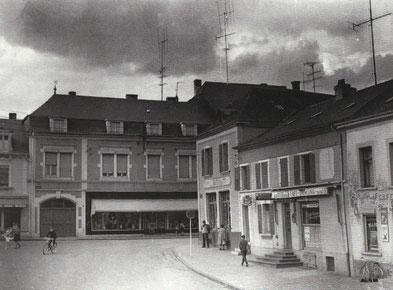 1960 -Eck rue de Clopp - rue Nicolas Biever -rue Joseph Philipartmam demolegen Geschäft Simon Gaby - riets war emol den Café an Disco Büchler an haut ass do een asiateschen Restaurant. Selwecht Foto Uwen Joer1900