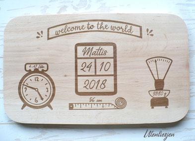 Personalisiertes Geburtsschild aus Erlenholz mit Name, Gewicht, Größe und Uhrzeit der Geburt