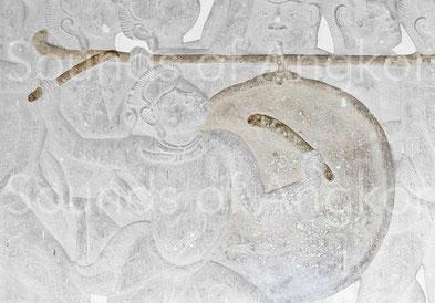 Tambour sur portant et bâtons à terminaison courbée. Angkor Vat, Défilé Historique. XIIe s.