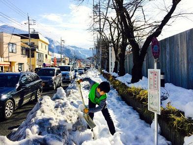 秩父市役所の前を雪かきしています。