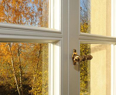 Fensterdetail mit Ausblick, Gutsherrnhaus Karlshof Ellingen, denkmalgeschützt, saniert