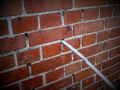 Durch die Fehlstellen am Mauerwerksmörtel kann Wasser in das Sichtmauerwerk eindringen.