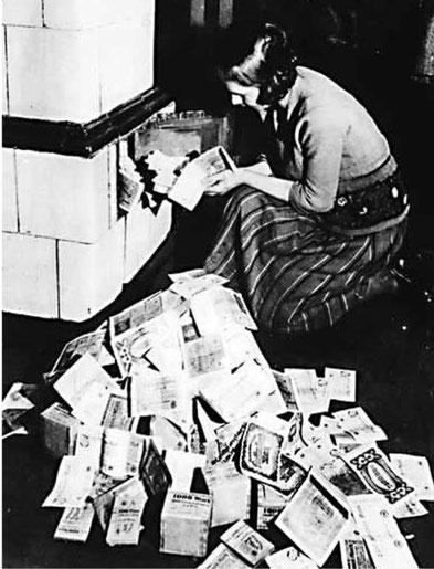 """Hyperinflation in Deutschland 1923. Die Ersparnisse wurden wortwörtlich verheizt. Bild: Tobias Plettenbacher, """"Neues Geld - Neue Welt"""", plettenbacher.net. Creative Commons CC-BY"""