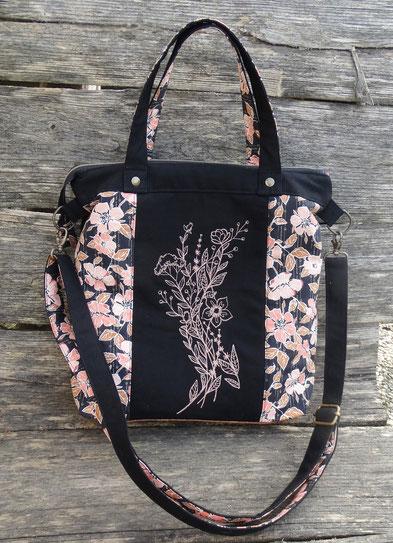 Sac à main brodé femme, tote bag à bandoulière ,  broderie  fleurs sauvages , toile noire, liege marron,  tissu fleurs roses et blanches
