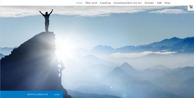 Headerbild Mensch auf Bergstpitze, Webseite Cornelia Stenglein, unterstützt von Jungo-Grafik