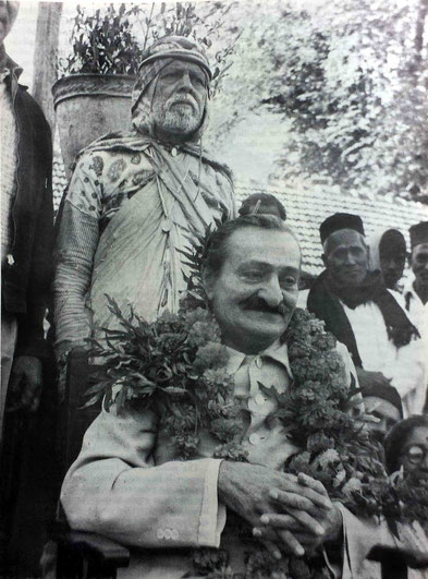 1954 : Meher Baba with Gadge Maharaj at Pandharpur, India. LM p.4570