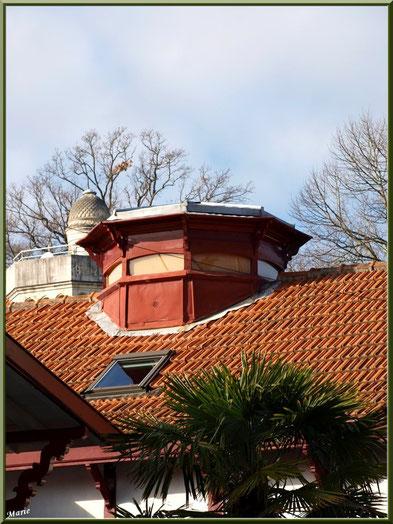 La villa Antonia en Ville d'Hiver à Arcachon avec en fond la tour de la villa Faust