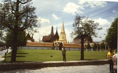 Charlotte Wille vor dem Königspalast in Bangkok in Thailand