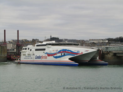 Condor Express with her 2013 livery berthed in Saint-Malo, prior to a casting-off bound to the Channel Islands.