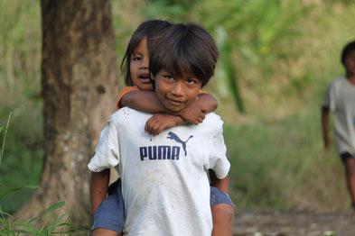 Cuayabeno Nationalpark, Kinder eines kleinen Regenwalddorfes