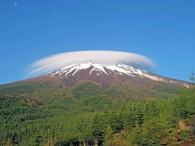 月が富士に沈む