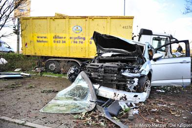 Ein PKW kollidierte mit einem Sattelschlepper mit Anhänger.