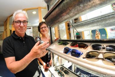 Frau und Herr Bischoff bieten eine reiche Auswahl an aktuellen Sonnenbrillen.